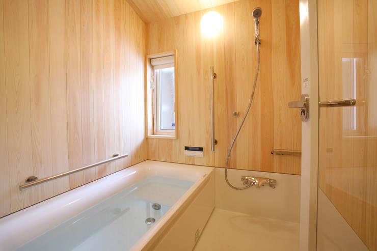 浴室: 一級建築士事務所 アトリエ カムイが手掛けた浴室です。