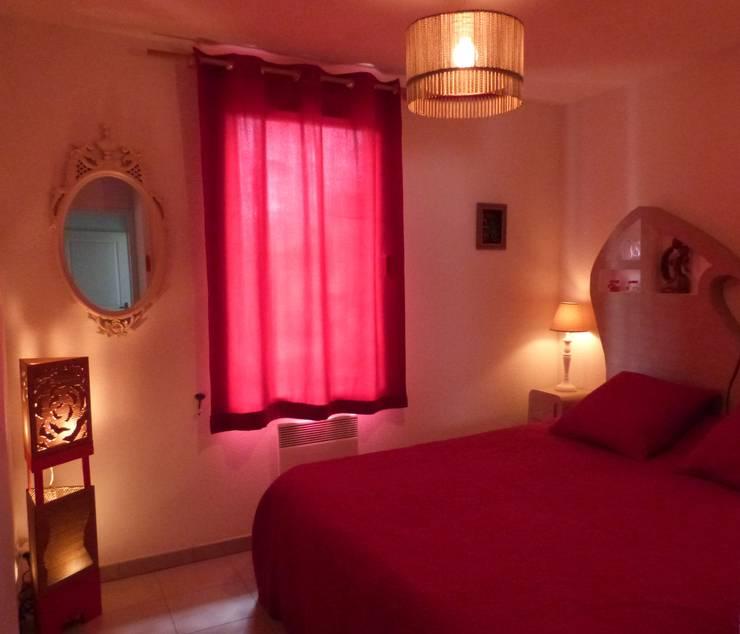 Lampe haute d'angle: Chambre de style de style Classique par LpB Carton