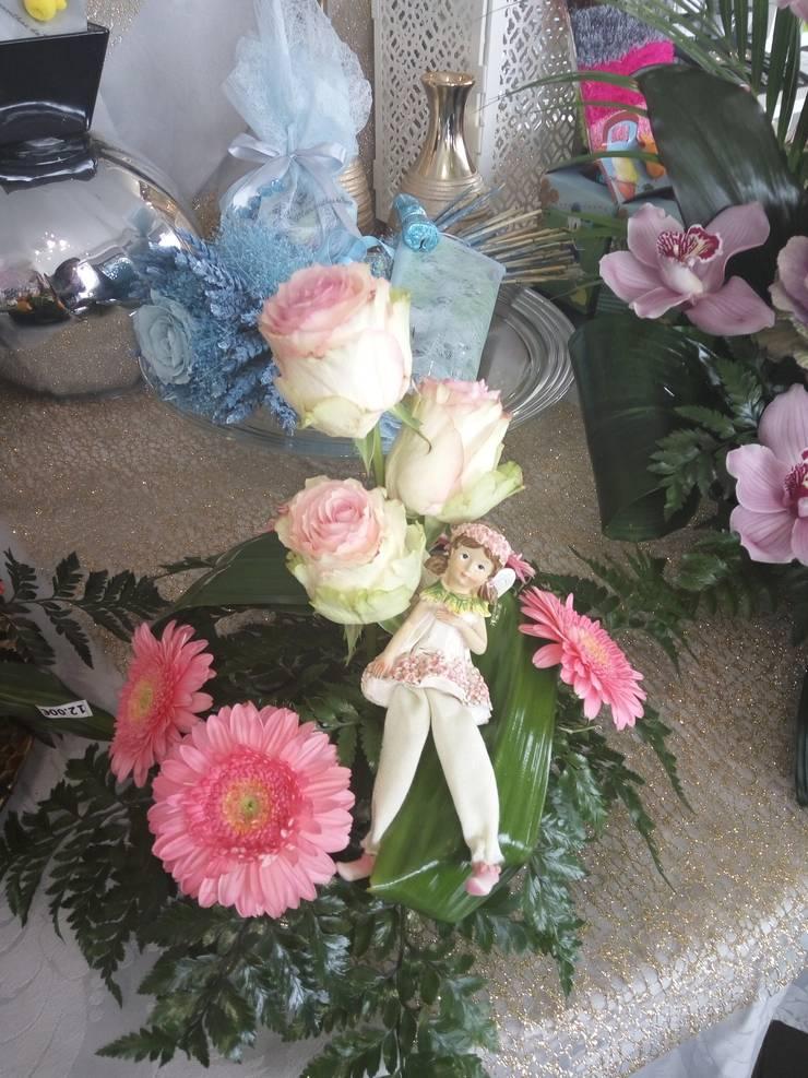 Arranjo de flores naturais: Jardim  por Maravilhas do Berço Lda