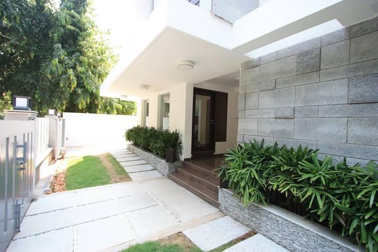 Main entrance:  Garden by Ansari Architects