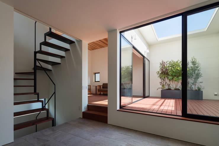 室内化したテラスを持つ家: 設計事務所アーキプレイスが手掛けたリビングです。