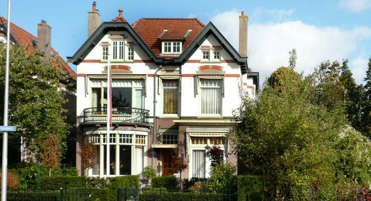 Restauratie woonhuis:  Huizen door Koezen Architecten, Modern