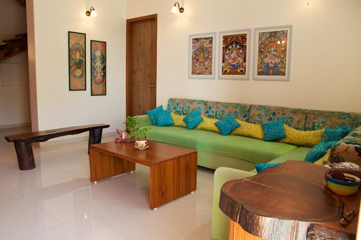 Bungalow in Bhuj:  Living room by Design Kkarma (India)