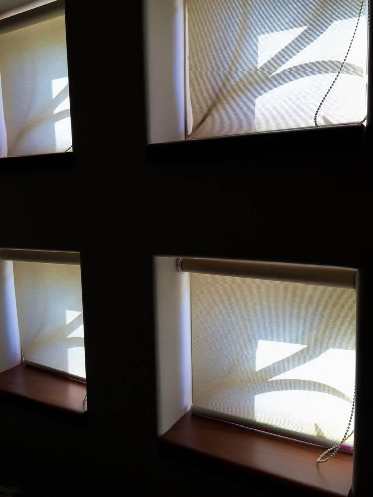 Bungalow in Bhuj:  Windows by Design Kkarma (India)