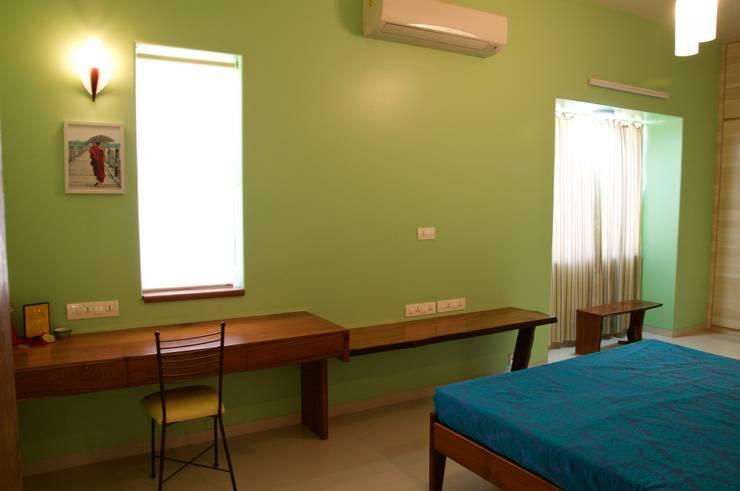 Estudios y oficinas de estilo ecléctico por Design Kkarma (India)