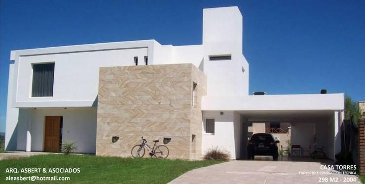 Casa en Barrio Privado San Isidro – Cordoba – Argentina: Casas de estilo  por Alejandro Asbert Arquitecto