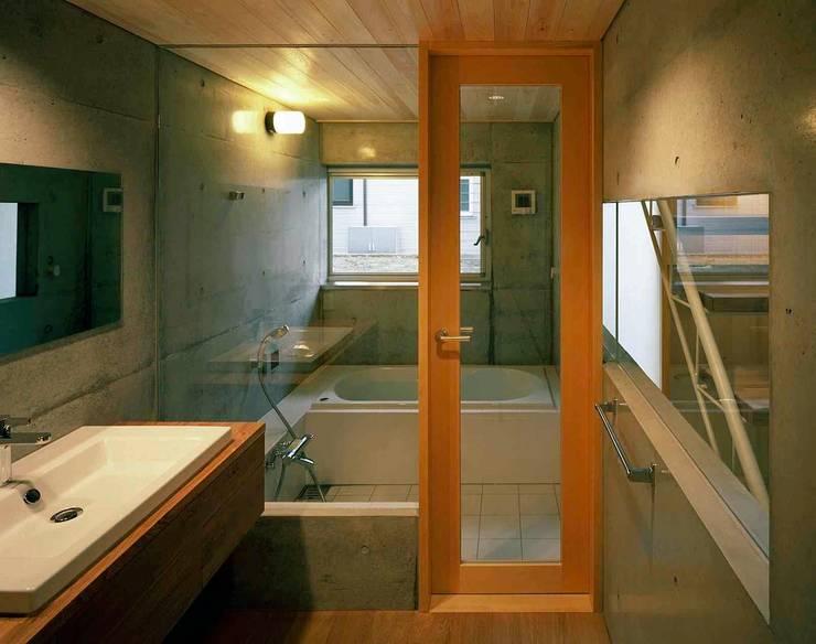 横浜の家: 神成建築計画事務所が手掛けた浴室です。