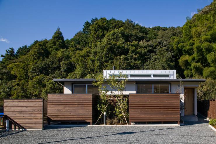 Casas estilo moderno: ideas, arquitectura e imágenes de 岩川アトリエ Moderno