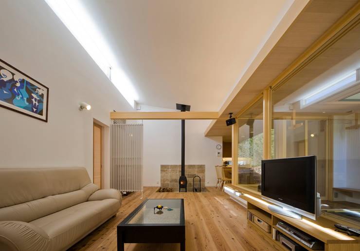 Livings de estilo moderno de 岩川アトリエ Moderno