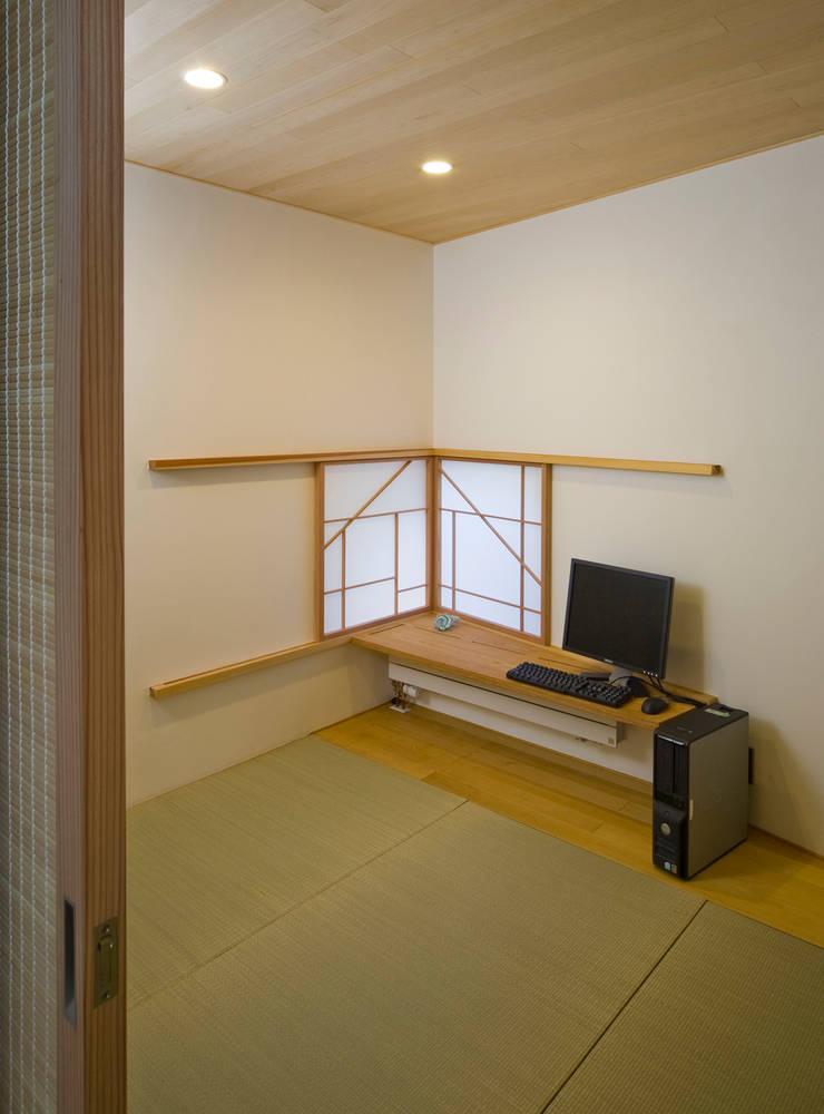 Salas multimedia de estilo clásico de 岩川アトリエ Clásico