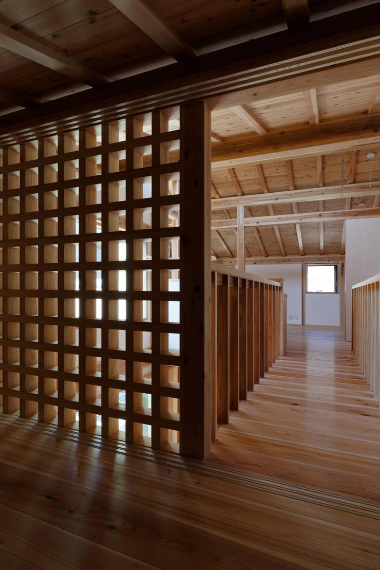 Corridor & hallway by 高野三上アーキテクツ一級建築設計事務所  TM Architects, Modern