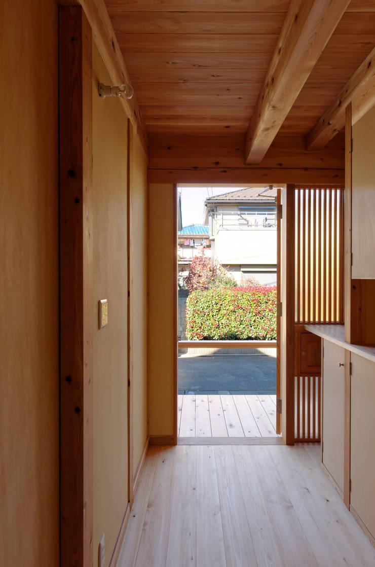Asian style corridor, hallway & stairs by 高野三上アーキテクツ一級建築設計事務所 TM Architects Asian