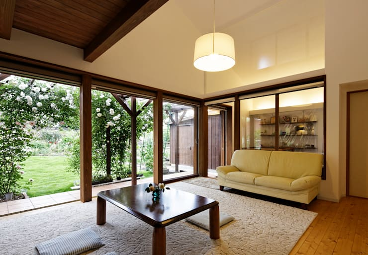 Salas / recibidores de estilo  por 岩川アトリエ, Moderno