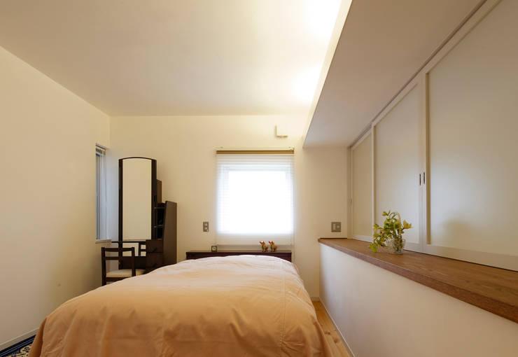 Dormitorios de estilo  por 岩川卓也アトリエ
