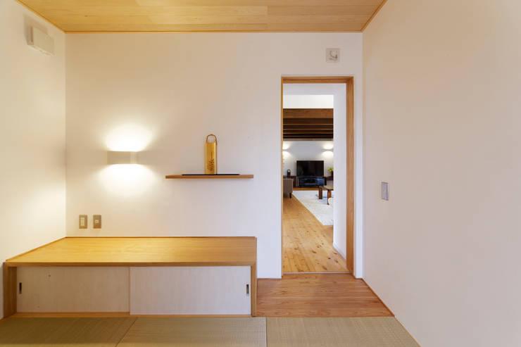 Salas de entretenimiento de estilo  por 岩川アトリエ, Clásico