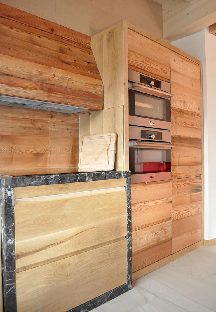 Cocinas de estilo rústico de RI-NOVO Rústico Madera Acabado en madera