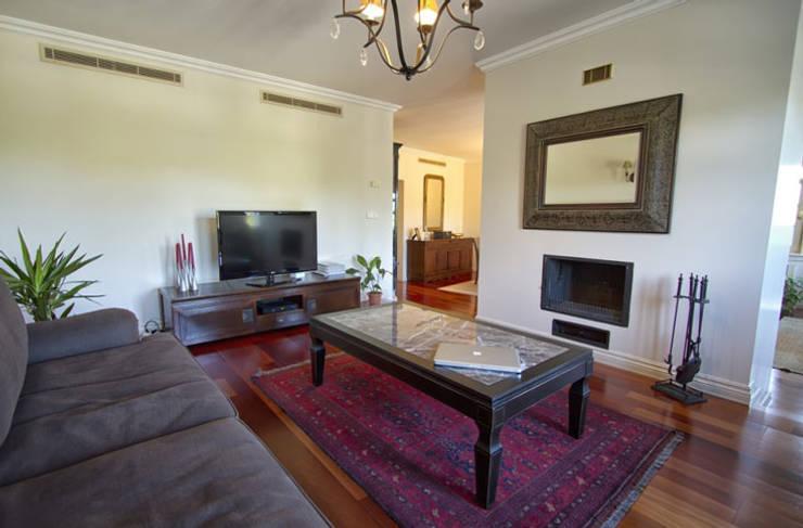 Aykuthall Architectural Interiors – Kemer Country: klasik tarz tarz Oturma Odası