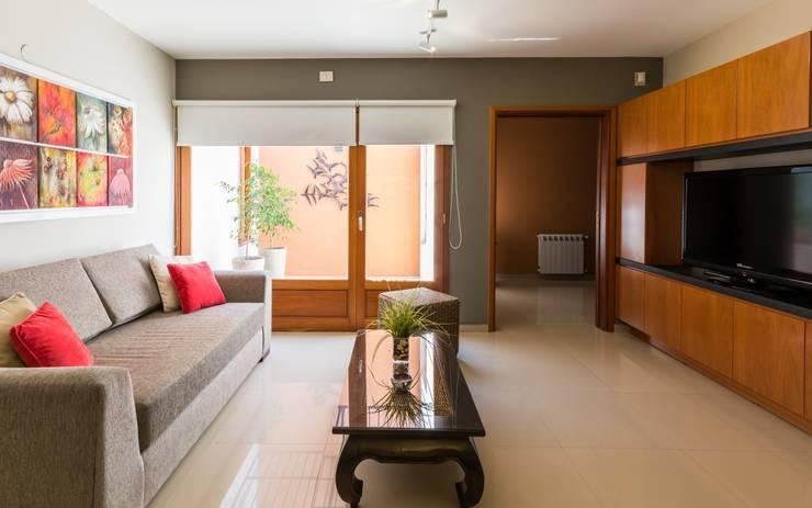 CASA OXIDADA: Salas multimedia de estilo  por KARLEN + CLEMENTE ARQUITECTOS