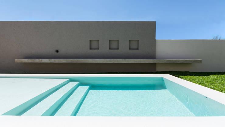 CASA B532: Piletas de estilo  por KARLEN + CLEMENTE ARQUITECTOS