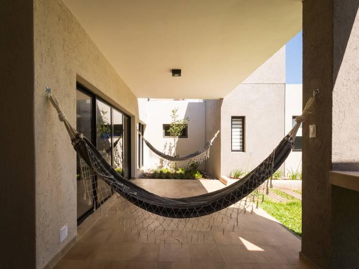Jardines de estilo  por KARLEN + CLEMENTE ARQUITECTOS