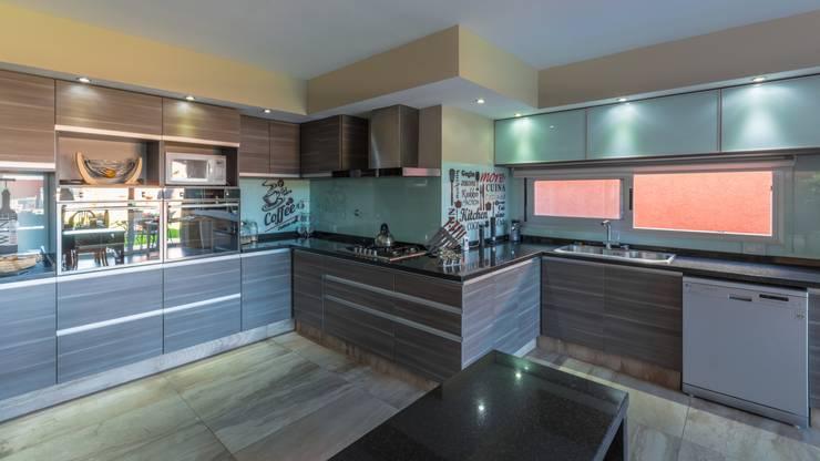 CASA MJ: Cocinas de estilo moderno por KARLEN + CLEMENTE ARQUITECTOS