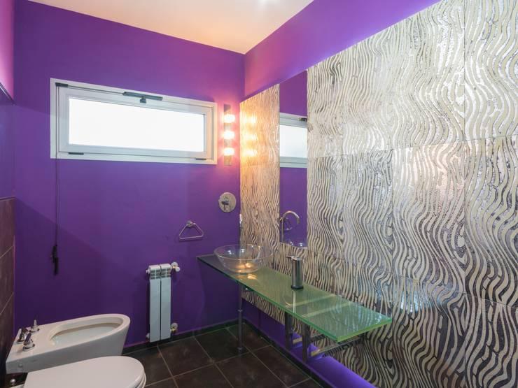 CASA MJ: Baños de estilo moderno por KARLEN + CLEMENTE ARQUITECTOS