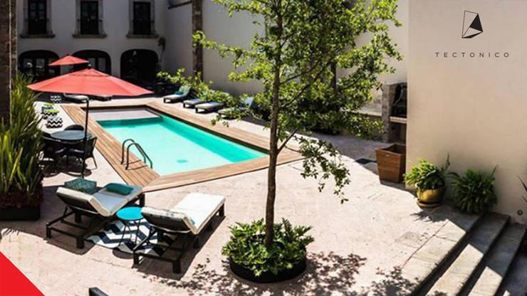 Hotel Mesón de Santa Rosa: Albercas de estilo  por Tectónico