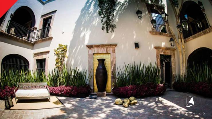 Hotel Mesón de Santa Rosa: Jardines de estilo  por Tectónico