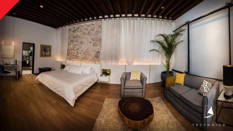 Hotel Mesón de Santa Rosa: Recámaras de estilo  por Tectónico