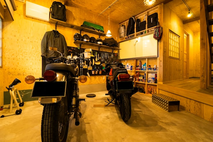大好きなバイクと暮らすラスティックな素材感を楽しむ住まい: QUALIAが手掛けたガレージです。