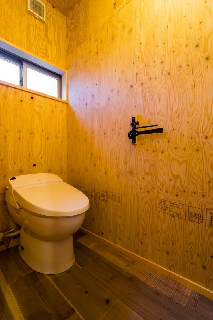 大好きなバイクと暮らすラスティックな素材感を楽しむ住まい: QUALIAが手掛けた浴室です。