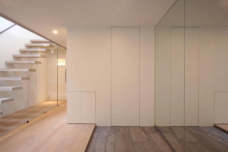 太陽の光を感じる家: 設計事務所アーキプレイスが手掛けた廊下 & 玄関です。