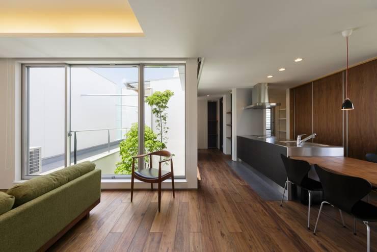 Sala da pranzo in stile  di MITSUTOSHI   OKAMOTO   ARCHITECT   OFFICE 岡本光利一級建築士事務所