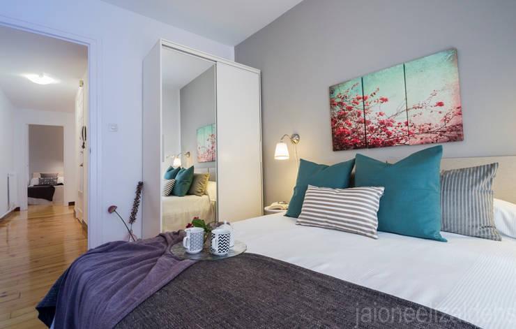 Dormitorios de estilo  por jaione elizalde estilismo inmobiliario - home staging
