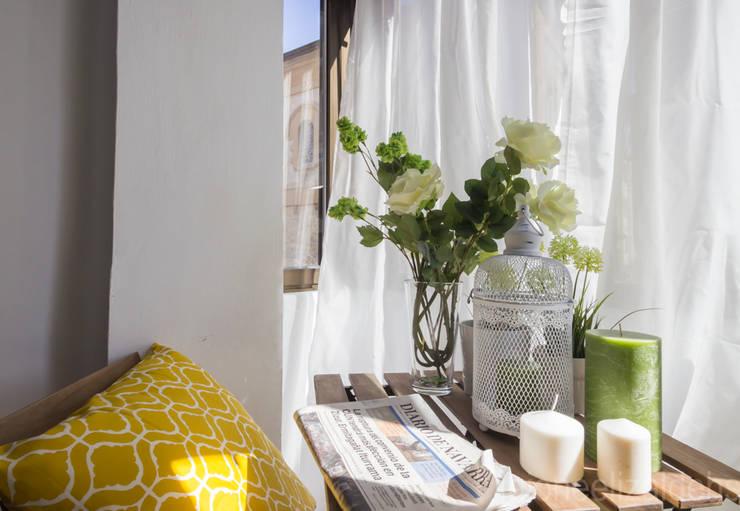 Balcones, porches y terrazas de estilo escandinavo por jaione elizalde estilismo inmobiliario - home staging