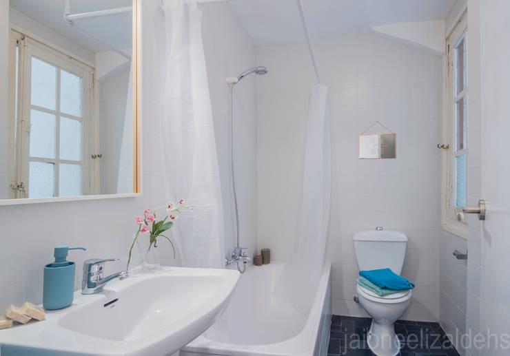 Baños de estilo escandinavo por jaione elizalde estilismo inmobiliario - home staging