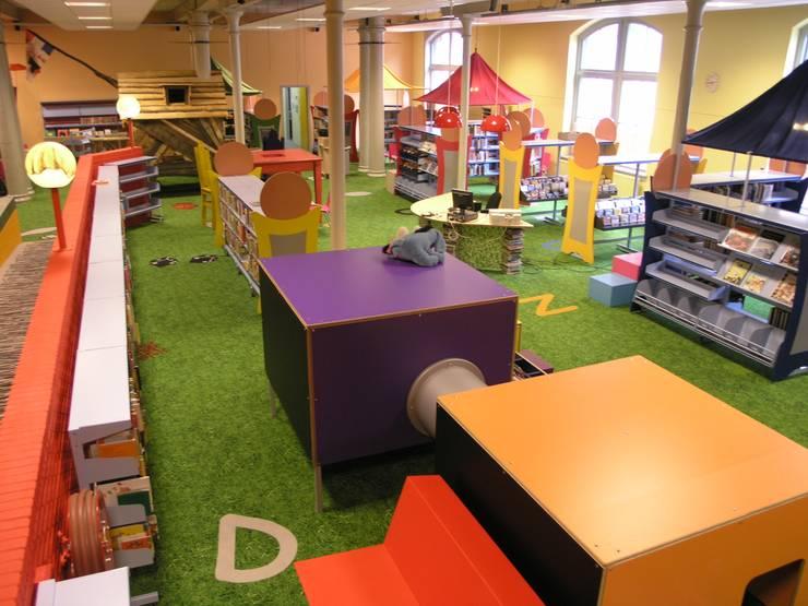Jeugdbibliotheek Leeuwarden: modern  door Dick de Jong Interieurarchitekt, Modern