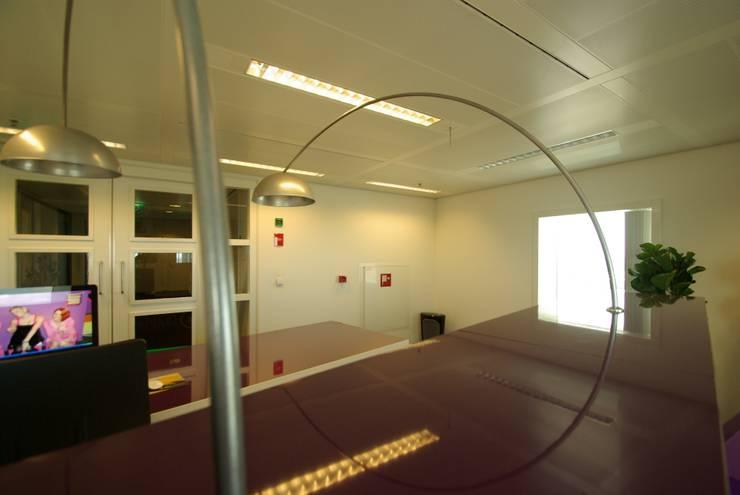 Kantoorruimte:  Kantoor- & winkelruimten door Dick de Jong Interieurarchitekt, Modern