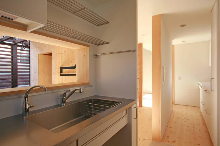 カフェのある家: 設計事務所アーキプレイスが手掛けたキッチンです。