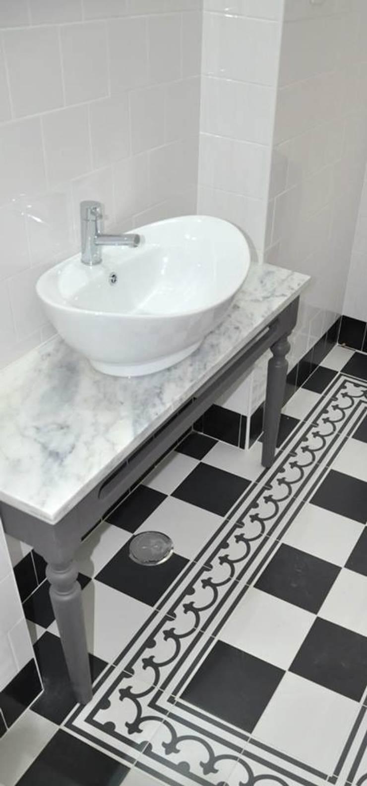 NEOCIM Décor Classic Noir C + Lave + Blanc Pur: Casa de banho  por Kerion Ceramics