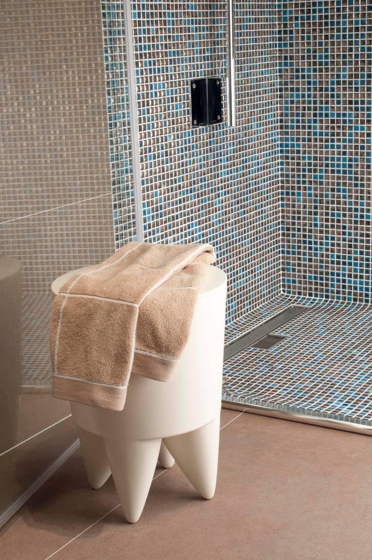MOSAICS Luxor 68: Casa de banho  por Kerion Ceramics
