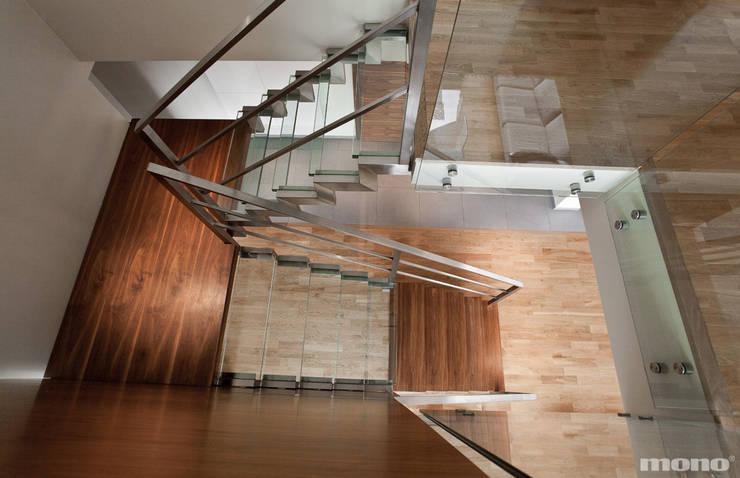 Projekt wnętrz domu w Lędzinach : styl , w kategorii Korytarz, przedpokój zaprojektowany przez Mono architektura wnętrz Katowice