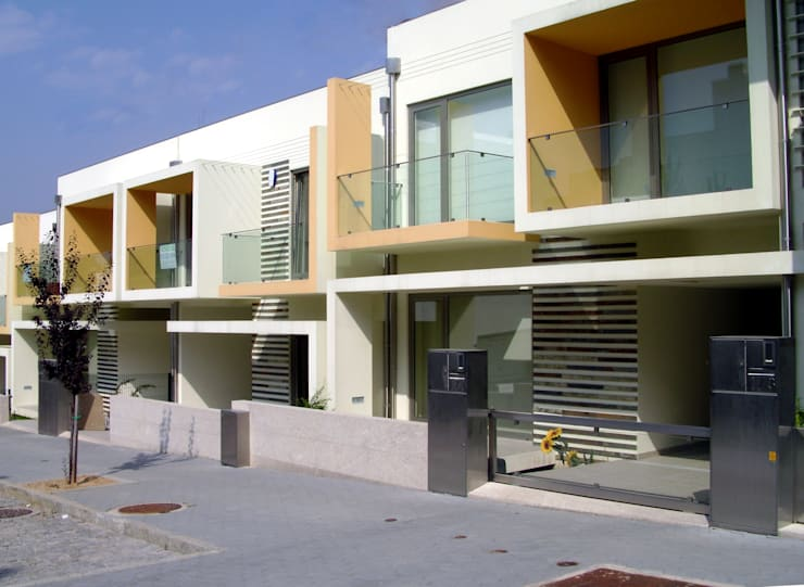 Fachada Principal: Casas  por Construções Couto Monteiro