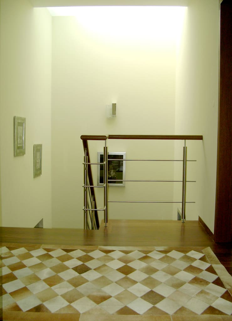 Piso superior: Corredores e halls de entrada  por Construções Couto Monteiro