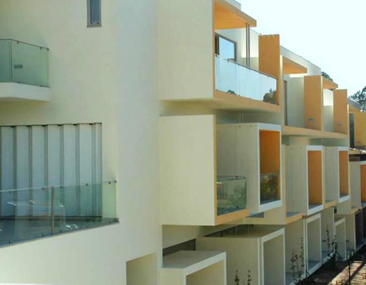 Fachada das traseiras: Casas  por Construções Couto Monteiro