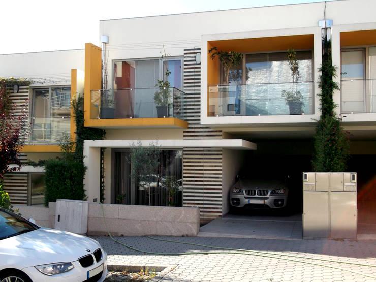 Pronta a habitar: Casas  por Construções Couto Monteiro