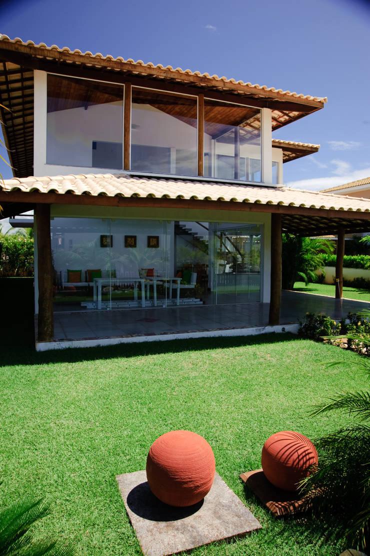 Balcones y terrazas de estilo tropical de CHASTINET ARQUITETURA URBANISMO ENGENHARIA LTDA Tropical Madera Acabado en madera
