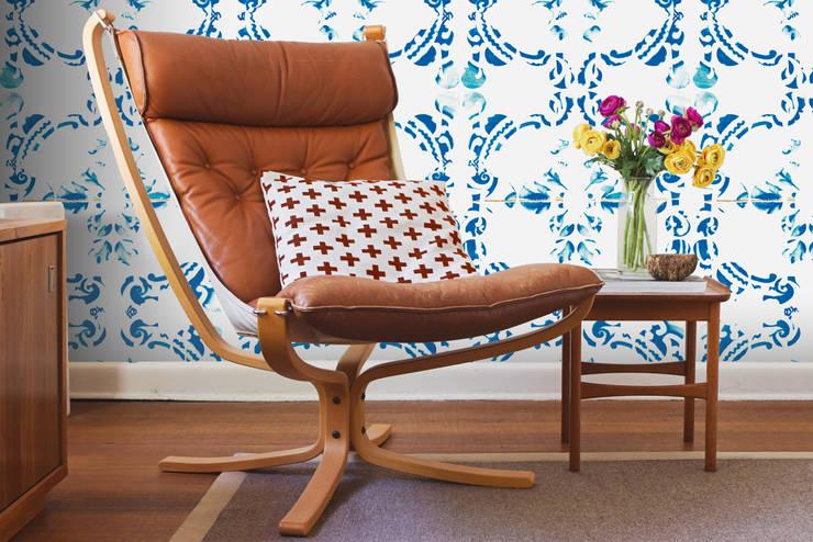 Galo Meets Azulejo Azul: Parede e piso  por OH Wallpaper