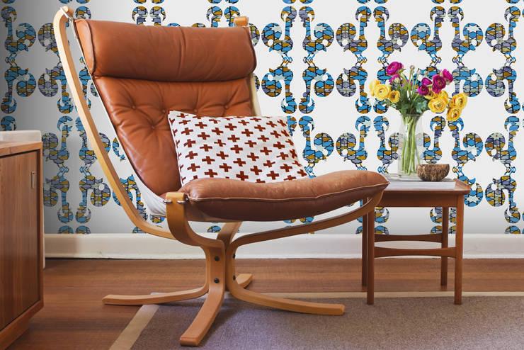 Azulejo Meets Galo Branco: Parede e piso  por OH Wallpaper