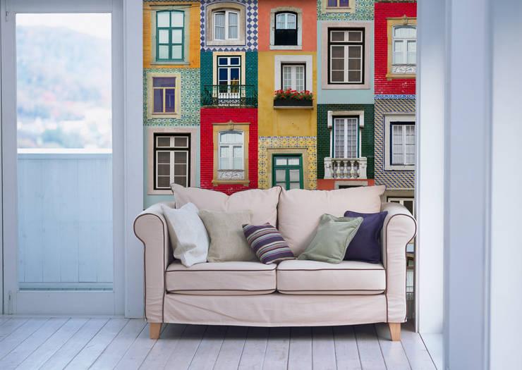 Janelas Portuguesas Primavera: Parede e piso  por OH Wallpaper